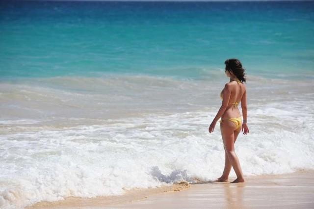 W kostiumie bikini panie nie tylko pięknie wyglądają, ale i w pełni korzystają ze słońca.