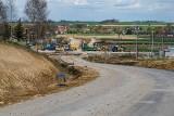 Budowa obwodnicy Kazimierzy Wielkiej idzie pełną parą. Zakończenie robót planowane jest na początek września. Jak wygląda teraz? (ZDJĘCIA)