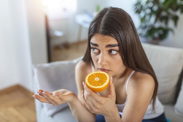 Aby odzyskać węch, trzeba regularnie z nim pracować. Pomóc może zwłaszcza wąchanie zapachów kojarzonych z przyjemnymi odczuciami.
