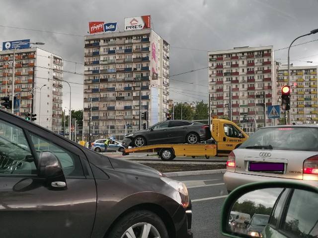 Przed godziną 15 na placu Niepodległości w Toruniu doszło do kolizji dwóch samochodów osobowych