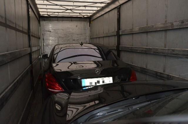 We wtorek (11 października) w nocy funkcjonariusze Straży Granicznej i policji niemieckiej podczas wspólnej służby na drodze krajowej nr 2, w okolicach byłego przejścia granicznego w Świecku, wytypowali do kontroli ciężarówkę wjeżdżającą do Polski. W przestrzeni ładunkowej ciężarówki funkcjonariusze ujawnili dwa samochody osobowe: Mercedes S500 i Porsche Macan.Kierowca tira, 43-letni obywatel Litwy, nie posiadał żadnych dokumentów przewożonych pojazdów. Przypuszczenia funkcjonariuszy, że mercedes i porsche pochodzą z kradzieży potwierdziło sprawdzenie w bazach danych. Okazało się bowiem, że oba wartościowe auta zostały skradzione na terytorium Niemiec.Funkcjonariusze SG zatrzymali kierowcę ciężarówki. Wartość odzyskanego mercedesa wynosi około 800 tysięcy złotych, wartość porsche to około 360 tysięcy złotych. Po sporządzeniu niezbędnej dokumentacji obywatela Litwy oraz pojazdy przekazano do dyspozycji policjantów ze Słubic, którzy zgodnie z właściwością prowadzić będą sprawę.To kolejny nielegalny wartościowy ładunek ujawniony w ciężarówce przez polsko–niemiecki patrol ze Świecka. W ubiegłym tygodniu funkcjonariusze Straży Granicznej i Bundespolizei odzyskali dwa inne kradzione auta – marki Toyota Land Cruiser i Porsche Macan, których wartość oszacowano na 100 tysięcy euro.