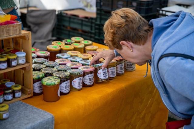 Tykocińska Biesiada Miodowa rozpoczęła się dzisiaj o 10. Na targu wystawiło się ponad 30 pszczelarzy. Małe słoiczki można było kupić za 15-20zł, cena większych to 40-50zł.