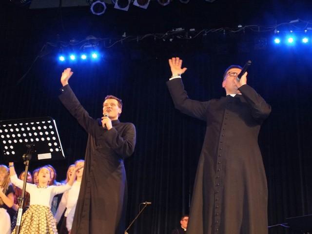 """Solistami zespołu """"Jak Najbardziej"""" i konferansjerami koncertu byli dwaj księża: Łukasz i Mateusz"""