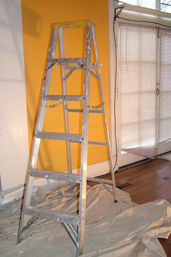Drabina podczas remontu domuMniejszy koszt remontu poniesiemy także, jeśli pewne prace wykonamy sami. Ściany z gładzi bez problemu może pomalować nawet osoba niewprawiona.