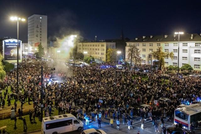 Strajk kobiet w Bydgoszczy. Tak było jesienią ubiegłego roku tuż po wydaniu decyzji przez TK. W Bydgoszczy pojawiły się tłumy, które zablokowały ulice i ronda. W późniejszych tygodniach liczba uczestników systematycznie malała.