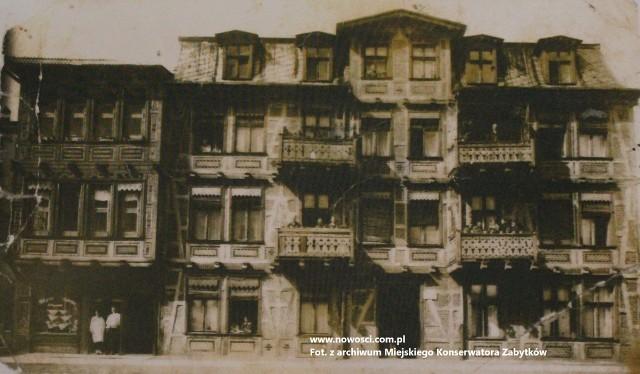 Kamienica przy Mickiewicza 70 na zdjęciu z 1924 roku. Sternowie już tam wtedy mieszkali, może stoją gdzieś na balkonie? Sklep z telefonem widać po lewej stronie
