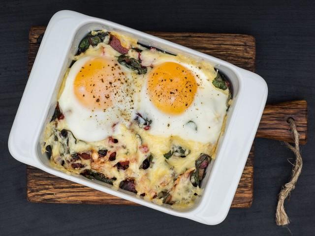 Zapiekane jajka z chorizo i botwiną  to pomysł na rewelacyjne śniadanie.
