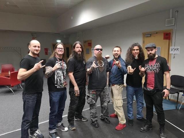 Przemysław Margraf (pierwszy z lewej) oraz Mariusz Skrzypiec (trzeci z prawej) na spotkaniu z zespołem Slayer w Łodzi. Skrzynię na gitary przygotowali dla Gary'ego Holta (drugi z lewej)