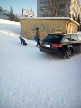 Czytelniczka: Właściciel samochodu tak go zaparkował, że dzieci nie mogły zjeżdżać na sankach z górki