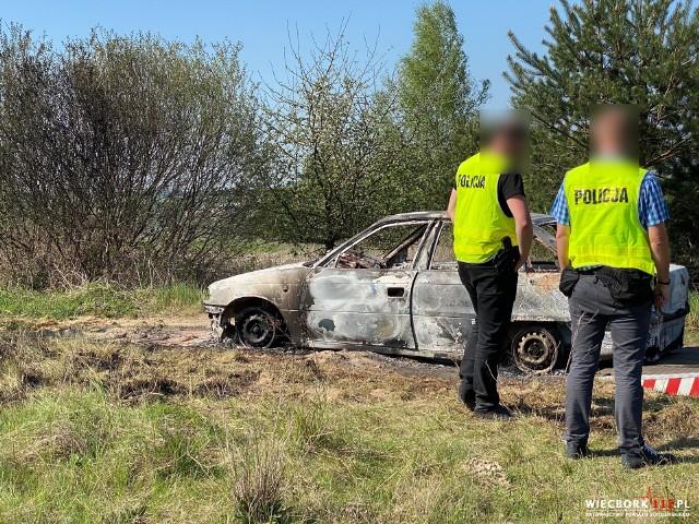 W środę (12.05) na terenie leśnym pomiędzy miejscowościami Mała Cerkwica, a Duża Cerkwica w gminie Kamień Krajeński dokonano makabrycznego odkrycia. W spalonym samochodzie ujawniono zwłoki!