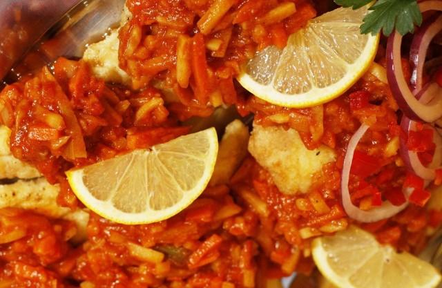 Przepis na rybę po grecku - sprawdź najlepszy i prosty sposób przygotowania dania, którego nie może zabraknąć w Wigilię