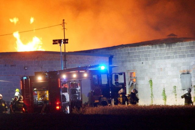 Pożar w Zagorzynie wybuchł około godziny 21.40. Kłęby gęstego dymu widoczne były z wielu kilometrów. Kiedy na miejsce dotarły pierwsze zastępy, płomieniami objęty był już niemal cały budynek, w którym mieściła się stolarnia oraz magazyn. Na miejsce zostały zadysponowane aż 22 straży pożarnej. Kolejne zdjęcie -->