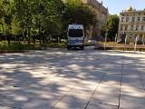 Radiowozy policji uszkodziły fontannę w parku im. Moniuszki. Cierpi też jego nawierzchnia