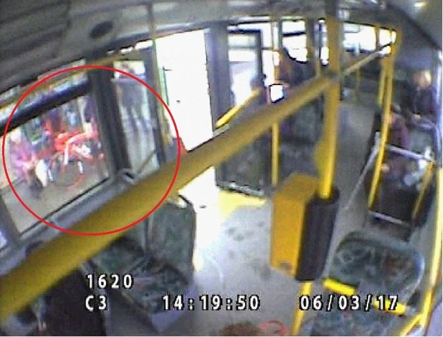 Do zdarzenia doszło na przystanku autobusowym przy ul. Chartowo