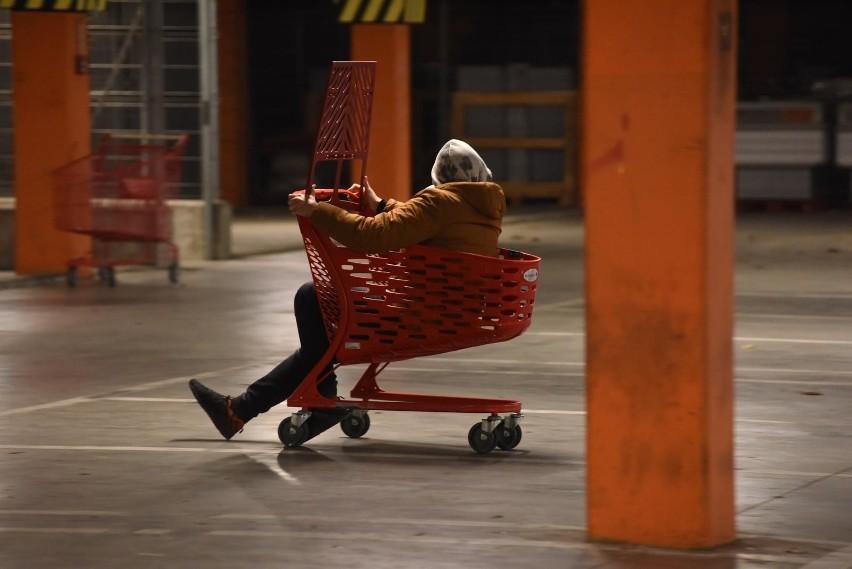 Naukowcy od lat alarmują, że wózki sklepowe to siedlisko...