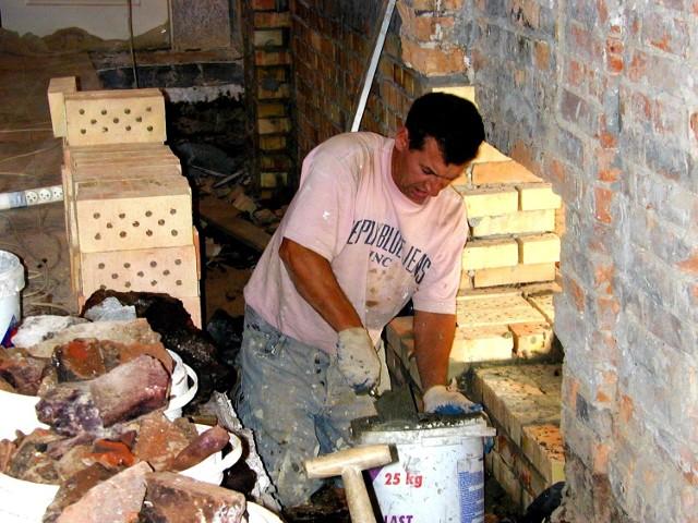 Trwa usuwanie cegieł nasączonych fenolem.