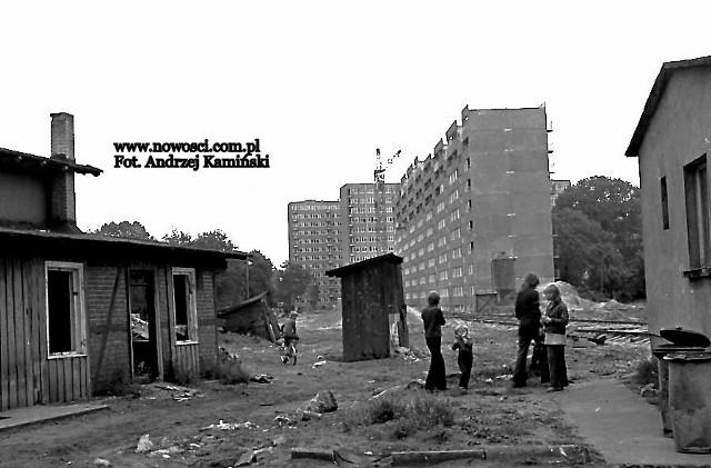 """Zabieramy Państwa w sentymentalną podróż po toruńskich osiedlach zbudowanych w latach 60., 70., 80. i 90. Zdjęć z tamtych czasów w naszym redakcyjnym archiwum jest sporo, podzieliśmy ją zatem na części. Spacer pierwszy zaczynamy od ulicy Głowackiego. Andrzej Kamiński sfotografował tu pozostałości """"starego"""" i budowę """"nowego"""" - wieżowców, w których miało zamieszkać więcej osób, niż na całym Osiedlu Młodych.Więcej zdjęć na kolejnych stronach >>>>>"""