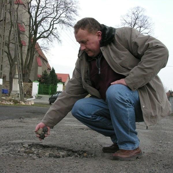 - Asfalt można odrywać od ziemi rękami. To już nie jest droga - pokazuje Tomasz Róża z Kolnicy.