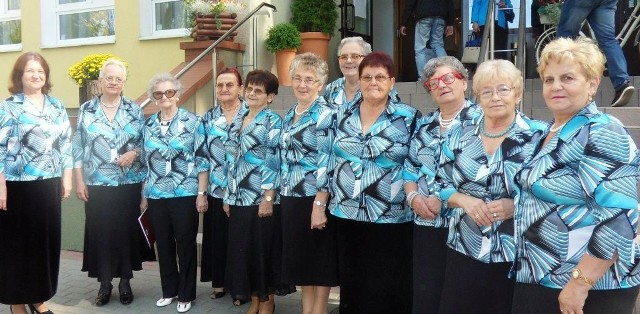 Zespół Wesoła Ferajna działa w ramach klubu seniora Echo przy Wąbrzeskim Domu Kultury. Panie spotykają się na cotygodniowych próbach