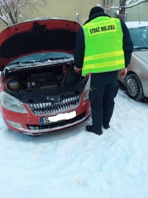 Akumulator w samochodzie odmówił posłuszeństwa? Pomogą świętochłowiccy strażnicy
