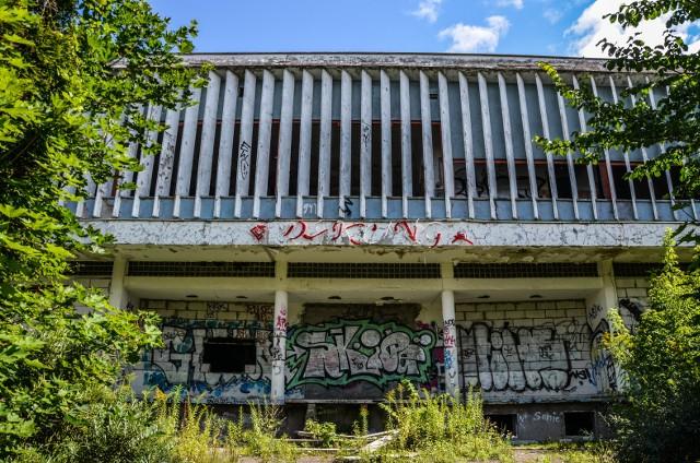 """Dom Turysty Miramar przez wiele lat był jedną z najbardziej charakterystycznych budowli w Sopocie, w której wnętrzu mieściła się restauracja znana ze słynnych dancingów. Zobaczcie ostatnie chwile sopockiego """"Miramaru""""."""