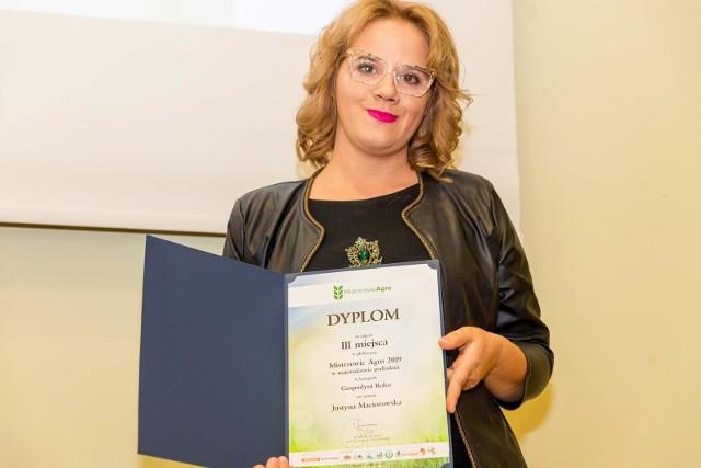 Justyna Maciorowska, choć ukończyła studia pielęgniarskie, pomaga mężowi w prowadzeniu gospodarstwa