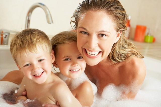 Kąpiel w wannie akrylowejNa twojej akrylowej wanny są zarysowania. Nie martw się. Łato się ich pozbędziesz. Możesz użyć do tego celu zestawu do renowacji (papier ścierny i pasta polerska) lub naprawczego (płynny akryl i utwardzacz).