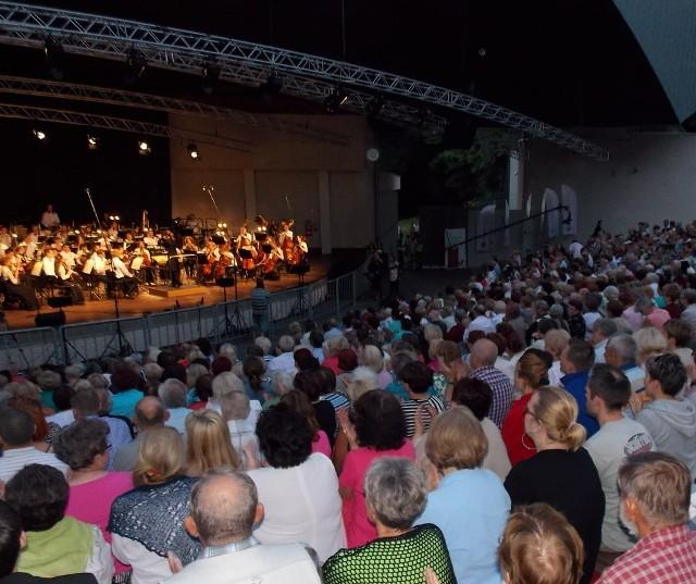 Publiczność w piątek dopisała. Niemal wszystkie miejsca w amfiteatrze były zajęte.