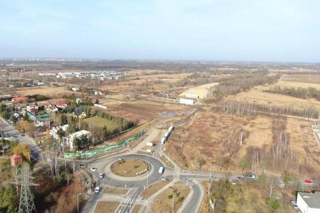 We Wrocławiu planowana jest budowa kilkudziesięciu dużych tras, ulic i łączników. Budowa części z nich już trwa i realizowane są kolejne odcinki, realizacji innych ruszy w tym roku, ale są też takie, które wciąż czekają na zielone światło, czyli pieniądze i ostateczna decyzję o budowie.Na kolejnych stronach pokazujemy drogi przyszłości we Wrocławiu. Naszą galerię rozpoczęliśmy od projektów już powstających i zaplanowanych do realizacji w najbliższym czasie.