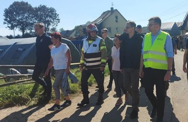 Wojewoda małopolski Łukasz Kmita (z prawej) w towarzystwie premiera Mateusza Morawieckiego przy pogorzelisku w Nowej Białej