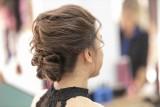 MODNE fryzury 2020. Upięcia włosów, które zrobisz w 10 minut! Potrzebujesz tylko szczotki, gumki i lakieru do włosów [ZDJĘCIA]  12.12.2020