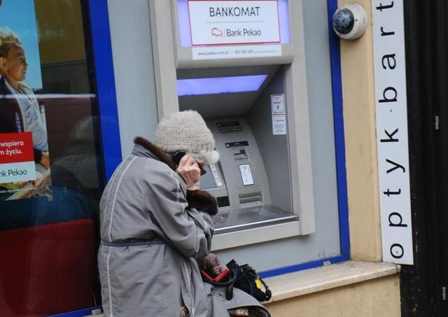 Bankomaty są łatwym celem oszustów.