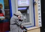 Wypłacasz pieniądze z bankomatu? Musisz na to uważać. Cash trapping to niebezpieczna metoda, z której korzystają złodzieje