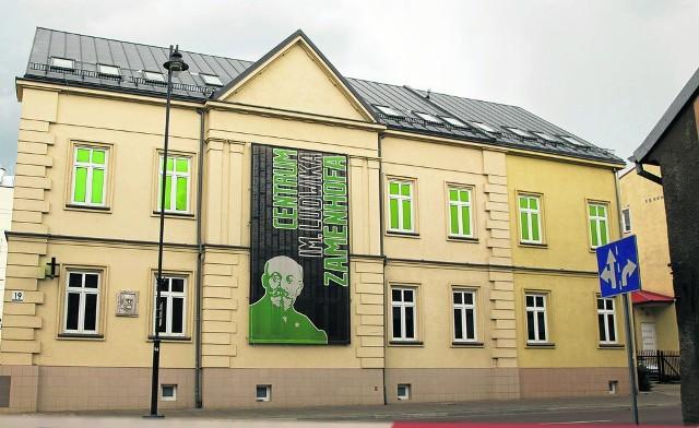 Dom przy ul. Warszawskiej 19 powstał przed 1807 r. Pod koniec XIX w. został rozbudowany na siedzibę oddziału Ryskiego Banku Handlowego.