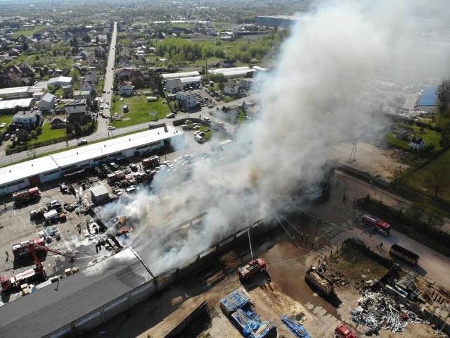 Pożar składu makulatury w Grudziądzu. Słup dymu widać w całym mieście