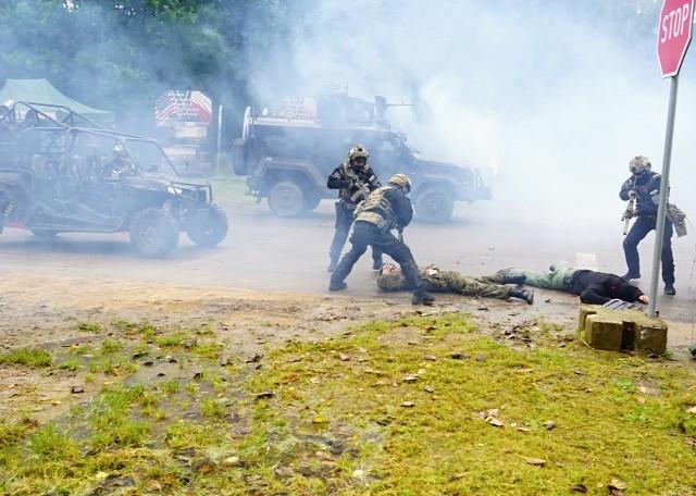 Atak na jednostkę i żołnierzy z Batalionu Ochrony Bazy w Redzikowie zakładał scenariusz ćwiczeń zorganizowanych przez Dowództwo Generalne Rodzajów Sił Zbrojnych. Uzbrojeni napastnicy strzelali do wartowników i próbowali przedostać się przez bramę. Wszczęto alarm, odpowiedziano ogniem, poderwano patrole interwencyjne i zarządzono ewakuację rannych. Na miejscu zjawili się też żołnierze z Grupy Działań Specjalnych Żandarmerii Wojskowej, którzy - jak informują wojskowi - przeprowadzili neutralizację napastników. Komandosów wspierali pirotechnicy. Ćwiczenia, realizowane były we współpracy z Komendą Miejską Policji oraz Szkołą Policji w Słupsku, a także z Wojskowym Ośrodkiem Farmacji i Techniki Medycznej w Celestynowie. Oglądaj także: Tarcza odcinek 4 - wyposażenie bazy w Redzikowie - wideo archiwum