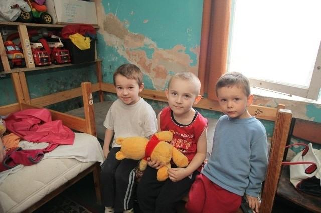 5-letni Bartek (w czerwonej koszulce) i 7-letni Sebastian (w białej koszulce) są dziećmi specjalnej troski. Ściana nad tapczanem, na którym śpią, jest pokryta grzybem, choć była malowana kilkanaście miesięcy temu.