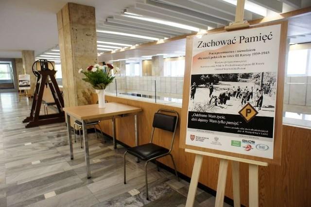 """Z okazji jubileuszu, w holu Urzędu Wojewódzkiego, można zobaczyć wystawę fotografii pod tytułem """"Zachować pamięć""""."""