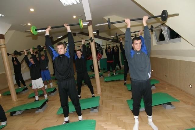 Niekonwencjonalne metody na dobre przygotowanie zespolu do rundy wiosennej wymyśla Wojciech Polakowski, szkoleniowiec pilkarzy Gryfa 95 Slupsk. Oprócz normalnych treningów pilkarze jedne zajecia poświecili na aerobik.