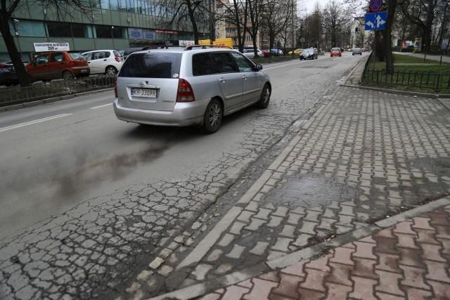 Zakaz wjazdu do centrum miasta samochodów z silnikiem Diesla jeszcze w tym roku? W miastach mają być wytyczone strefy czystego transportu. Ministerstwo klimatu i środowiska chce, by powstały one jeszcze w 2021 roku. Na liście wiele śląskich miast. Sprawdź, co się zmieni i jakie miasta są na liście. Przesuń w PRAWO lub kliknij NASTĘPNE
