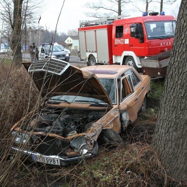 Kierowca mercedesa, jadący w stronę Białegostoku z niewiadomych przyczyn, zjechał na przeciwległy pas ruchu.