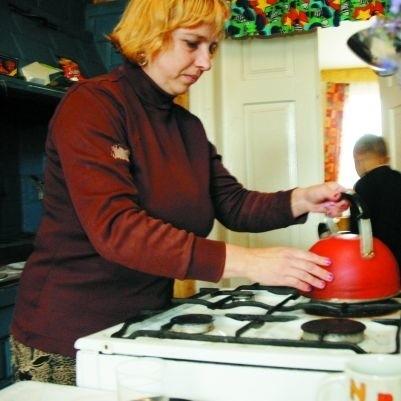 Pani Teresa powoli wraca do domowych obowiązków. Do nowego życia przyzwyczaja się też jej syn Janek (w głębi zdjęcia).