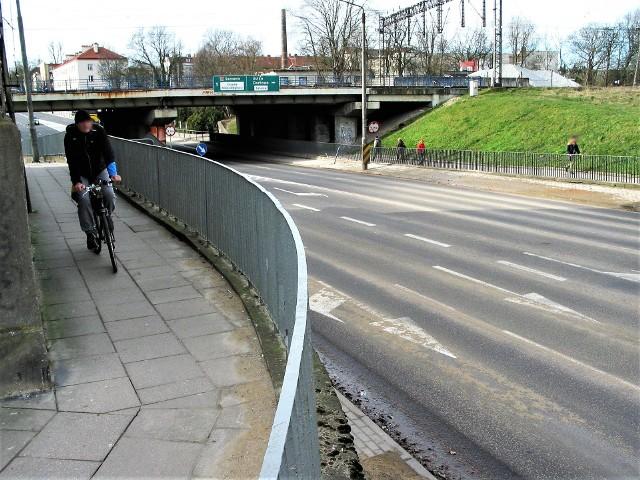 Mimo prac modernizacyjnych ta dwukierunkowa estakada koło wiaduktu na styku ul. Tuwima i Szczecińskiej to odcinek przeciskania się pieszych i rowerzystów