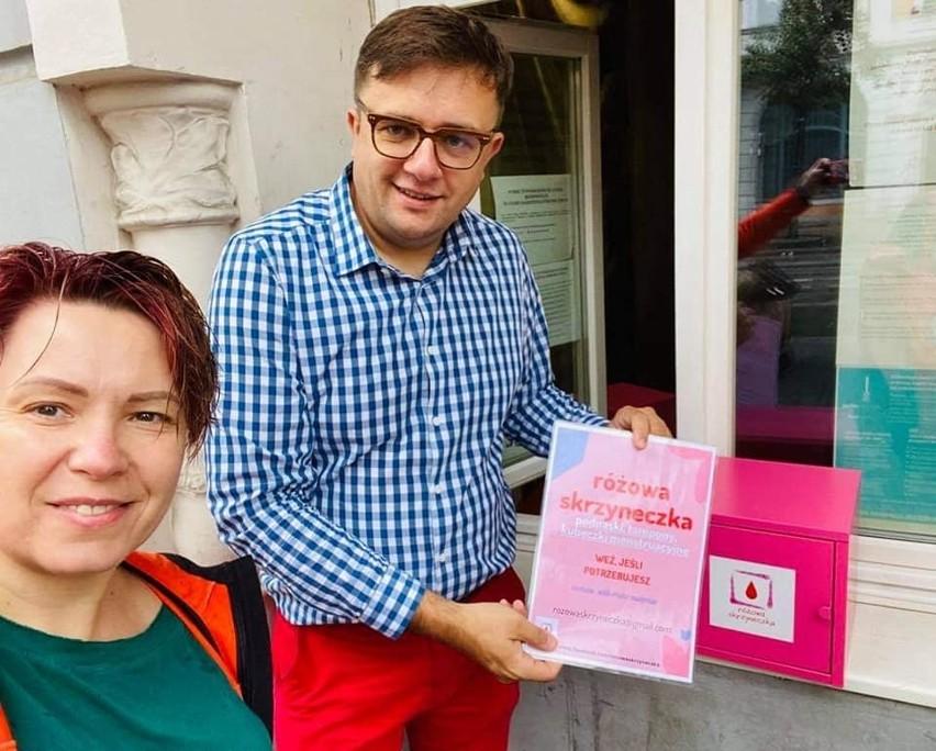 Przy wejściu do jadłodzielniprzy ulicy Gdańskiej 79, prowadzonej przez Ireneusza Nitkiewicza, pojawiła się tajemnicza różowa skrzynka. Do czego ma służyć i co się w niej znajdzie? Sprawdźcie. Więcej zdjęć i informacji >>>