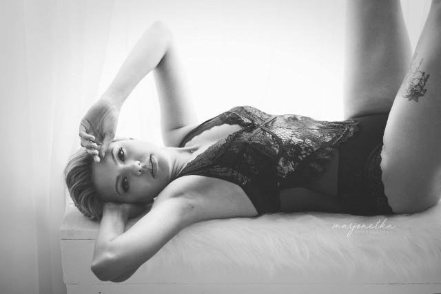 """Fotografka Marjonetka, czyli Marlena Bednarska z Byczyny, od kilku lat prowadzi projekt pt. """"Kobiety sensualnie"""". Na zmysłowe sesje zaprasza nie modelki, ale kobiety z sąsiedztwa. Piękne kobiety w zmysłowych pozach, skąpo ubrane, z rozwianymi włosami – takich zdjęć powstają na świecie tysiące, tyle że pozują do nich zawodowe modelki.Marjonetka, czyli Marlena Bednarska z Byczyny, postanowiła fotografować kobiety z sąsiedztwa. - Te fotografie są dowodem na to, że można wydobyć piękno z każdej kobiety, dowartościować ją, na co każda z nas zasługuje – uważa Marlena Bednarska.- Mimo wielu kompleksów, które każda z nas ma, mimo braku doświadczenia w pozowaniu i zwykłego wstydu każda pani może zrobić sobie taką sesję fotograficzną. Efektem jest większa pewność siebie, dowartościowanie się i poczucie spełnienia - dodaje Marlena Bednarska. Co ciekawe, fotografka najpierw sama przekonała się, jak to jest pozować do śmiałych, zmysłowych zdjęć, żeby później móc wiarygodnie przekonywać inne kobiety. Zdjęcia Marleny zrobiła inna fotografka - Aneta Ciupińska. Dużo pań zgłasza się do Marjonetki, zrobi sobie zdjęcie w wersji sensualnej. Większość tych fotografii nigdy nie ujrzy światła dziennego, ponieważ wiele pań zastrzega, że zdjęcia nie mogą być publikowane i pokazywane na wystawach. Są tylko do ich prywatnego albumu.- To są nauczycielki, urzędniczki i obawiają się, jaka byłaby reakcja na opublikowanie ich zdjęć, mimo iż nie ma w tych fotografiach niczego niestosownego. Samo naturalne kobiece piękno! – mówi Marlena Bednarska. - Początkowo się wahałam, bo mam za dużo kompleksów. A teraz uważam, że każda kobieta powinna zrobić sobie takie zdjęcia. To pamiątka na całe życie.  Jak będę stara, to będę oglądać te zdjęcia i wspominać, jak kiedyś wyglądałam – mówi pani Agnieszka, jedna ze sfotografowanych pań.– Każda z nas zasługuje na to, by poczuć się piękną – podkreśla Marlena Bednarska."""