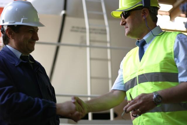 Inspektor nadzoru budowlanegoDo jego obowiązków należy m.in. przekazywanie gotowych obiektów do użytkowania, potwierdzanie wykonania prac, udział przy usuwaniu ewentualnych wad oraz kontrola rozliczenia budowy.