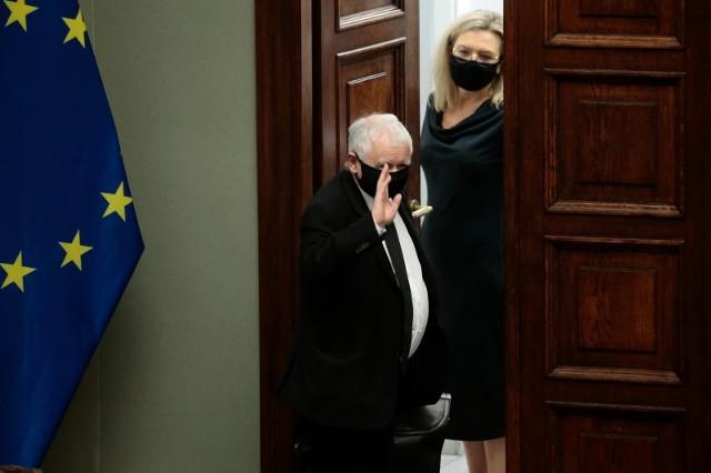 Jarosław Kaczyński odejdzie z rządu! Poinformował o tym na zebraniu klubu parlamentarnego Prawa i Sprawiedliwości, które odbyło się przed posiedzeniem Sejmu. Prezes PiS wyjaśnił nawet swoją decyzję, a nawet podał orientacyjną datę.CZYTAJ DALEJ NA KOLEJNYCH SLAJDACH --->