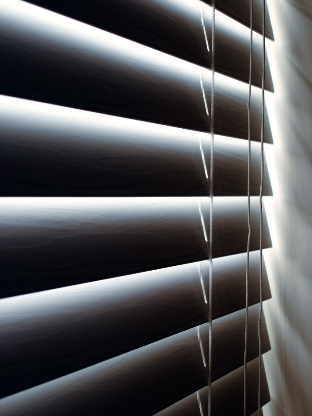 Żaluzja wewnętrzna - poziomaW domach i mieszkaniach najczęściej spotykamy żaluzje poziome. Dzięki nim możemy kontrolować stopień nasłonecznienia pomieszczeń. To również dobry sposób na zasłonięcie wnęki lub szafek, które nie są ozdobą wnętrza.