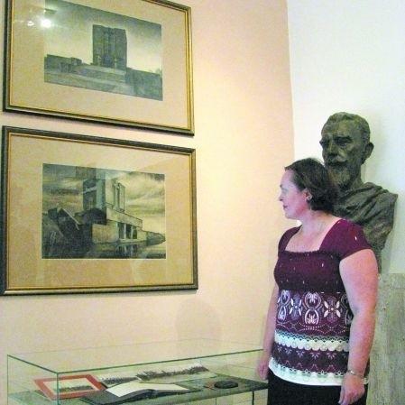 Dyrektor ostrołęckiego muzeum Maria Samsel przed ilustracją przedstawiającą pierwotny, nigdy niezrealizowany do końca projekt mauzoleum na Fortach Bema