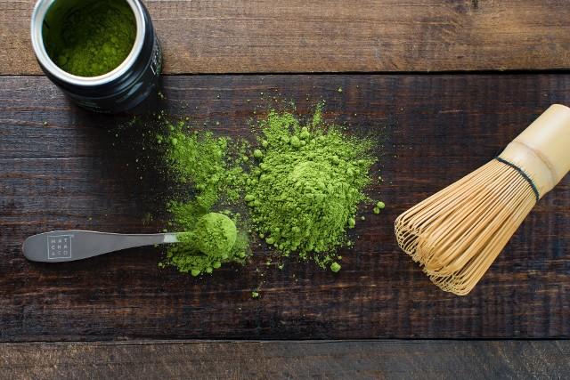 Matcha to sproszkowana zielona herbata, która podczas parzenia jest spieniana za pomocą specjalnej bambusowej miotełki